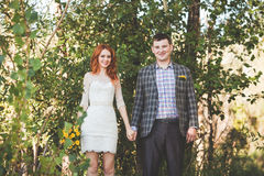 Os noivos que levantam na floresta Imagens de Stock Royalty Free