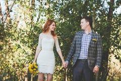 Os noivos que levantam na floresta Foto de Stock Royalty Free