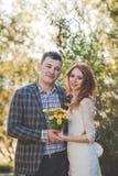 Os noivos que levantam na floresta Fotos de Stock