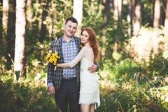 Os noivos que levantam na floresta Imagem de Stock Royalty Free