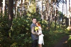Os noivos que levantam na floresta Fotografia de Stock Royalty Free