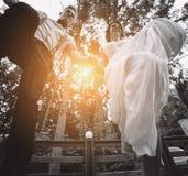 Os noivos que saltam, tendo o divertimento Imagem de Stock Royalty Free
