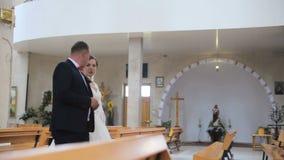 Os noivos saem da igreja video estoque