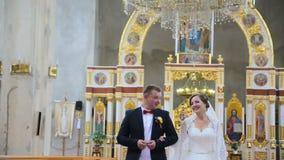 Os noivos saem da igreja filme