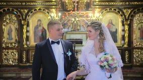 Os noivos saem da igreja vídeos de arquivo
