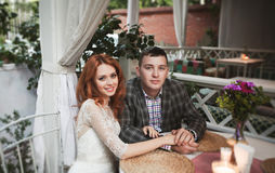 Os noivos têm o jantar romântico no café da rua Fotografia de Stock
