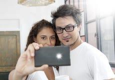 Os noivos tomam um selfie Imagens de Stock