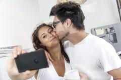 Os noivos tomam um selfie em casa Fotos de Stock