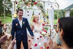 Os noivos vêm aos convidados imagens de stock royalty free