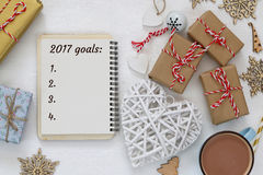 Os objetivos da vista superior 2017 alistam com caderno, xícara de café Imagem de Stock Royalty Free