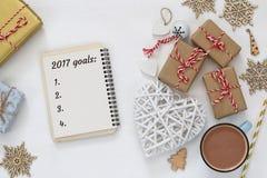 Os objetivos da vista superior 2017 alistam com caderno, xícara de café Foto de Stock