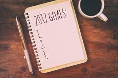 Os objetivos da vista superior 2017 alistam com caderno, xícara de café Fotografia de Stock Royalty Free