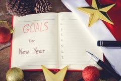 Os objetivos de ano novo com decorações coloridas Imagens de Stock