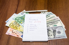 Os objetivos de ano novo são definições com euro e dólar Imagens de Stock