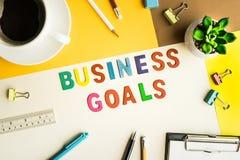 Os objetivos de negócios exprimem no fundo do escritório da mesa com fontes Imagem de Stock Royalty Free