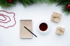 Os objetivos pelo ano novo na placa abrem a opinião superior do caderno Fotografia de Stock