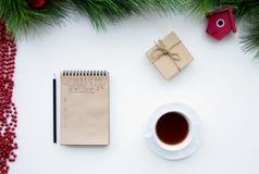 Os objetivos pelo ano novo na placa abrem a opinião superior do caderno Fotografia de Stock Royalty Free