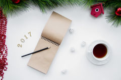 Os objetivos pelo ano novo na placa abrem a opinião superior do caderno Foto de Stock