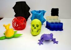 Os objetos imprimiram pela impressora 3d no fundo branco Imagens de Stock