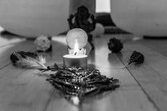 Os objetos sagrados que estão sendo indicados em um santuário gostam da maneira fotos de stock