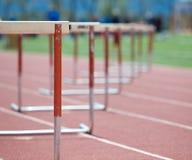 Os obstáculos alinharam em uma trilha, foco de desvanecimento Foto de Stock Royalty Free