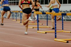 os obstáculos de 400 medidores suportam os corredores das mulheres Fotos de Stock