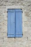 Os obturadores de madeira velhos causaram dor ao azul Fotos de Stock Royalty Free