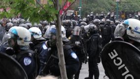 Os oficiais do motim estão perto com máscaras automáticas da arma e de gás do fogo filme