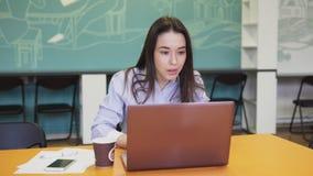 Os olhares da mulher de negócio na tela do portátil exclamam sim e comemoram o sucesso video estoque