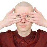 Os olhares da pessoa cobriram as palmas dos olhos Fotografia de Stock