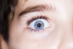os olhos azuis do menino fotografia de stock