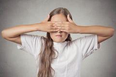 Os olhos da coberta da menina do adolescente com mãos não podem ver Fotografia de Stock