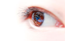 Os olhos da mulher com a reflexão da sala de operações. imagem de stock