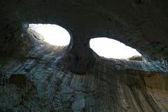 Os olhos do deus em Prohodna cavam, caverna famosa, Bulgária imagem de stock royalty free