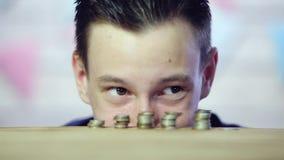 Os olhos do homem olham as moedas Olhos manhosos Fim acima video estoque