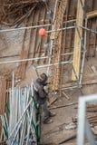 Os operários em Koksokhim, soldadores são contratados na construção e na instalação de estruturas do metal na zona alta imagens de stock