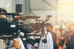 Os operadores da tevê instalam câmaras de vídeo para disparar Fotografia de Stock Royalty Free