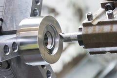 Os operadores que fazem à máquina o molde e morrem parte pela máquina de giro do CNC em f Fotografia de Stock