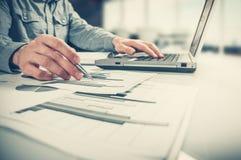 Os originais de negócio na tabela do escritório com telefone, o laptop e o homem de negócios espertos incorporam dados ao fundo Imagens de Stock