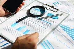 Os originais financeiros das estatísticas na almofada da prancheta no escritório apresentam o close up Foto de Stock Royalty Free