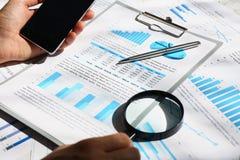 Os originais financeiros das estatísticas na almofada da prancheta no escritório apresentam o close up Imagem de Stock Royalty Free