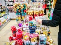 Os ornamento do Natal compram e visitantes fotos de stock