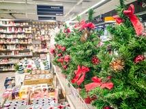 Os ornamento do Natal compram e visitantes fotografia de stock royalty free