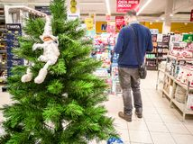 Os ornamento do Natal compram e visitantes foto de stock royalty free