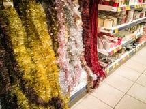 Os ornamento do Natal compram e visitantes fotografia de stock