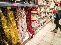 Os ornamento do Natal compram e visitantes imagem de stock royalty free