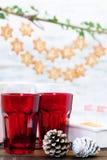 Os ornamento do Natal em uma tabela com pão-de-espécie protagonizam no CCB Foto de Stock