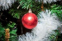 Os ornamento do Natal, sinos, estrelas, bolas, Natal envolvem abas, árvore, feriado, ano novo, decorações para árvores de Natal n Foto de Stock