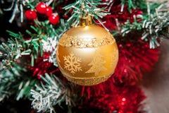 Os ornamento do Natal, sinos, estrelas, bolas, Natal envolvem abas, árvore, feriado, ano novo, decorações para árvores de Natal n Foto de Stock Royalty Free