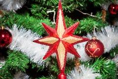Os ornamento do Natal, sinos, estrelas, bolas, Natal envolvem abas, árvore, feriado, ano novo, decorações para árvores de Natal n Fotos de Stock Royalty Free